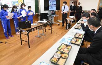 山田の食材を詰め込んだ弁当を振る舞い、観光活性化策を提案した船越小の児童