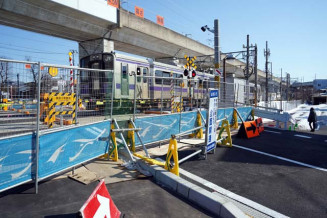 車道が拡幅され、歩道(手前左)も新設された境田川原踏切。地域住民の長年の要望が形となった