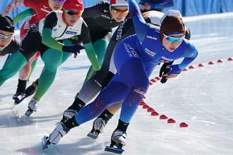成年女子1000メートル決勝 最終カーブを先頭で通過し、初優勝を果たした松沢優花里(サンエスコンサルタント)=岐阜県クリスタールパーク恵那スケート場