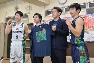復興祈念の特別ユニホームを披露する岩手ビッグブルズの千葉慎也(左)と伊藤良太主将(右)