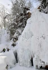 滝の表面が凍り付き、一面の雪景色と相まって存在感を放つ七滝