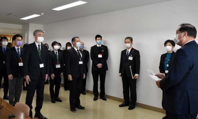 接種実施本部の開所に当たり、谷藤裕明市長(右)の訓示を聞く職員=1日、盛岡市神明町・市保健所