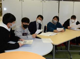 佐々木安広教授(中央)と調査結果を確認し合う富士大の学生ら