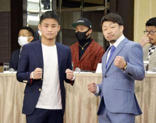 ボクシングの慈善イベントでの対戦が決まり、ポーズをとる京口紘人(左)と八重樫東さん=3日、東京都内のホテル