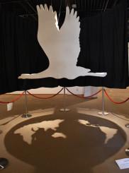鶴の影が世界地図を映し出す立体作品「鶴・CRANE」