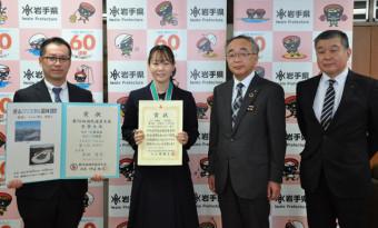 佐藤博教育長(右から2人目)に全国一を報告した吉田雪乃さん(左から2人目)と植津悦典教諭(左)、南舘秀昭校長