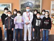 医療従事者へ「ありがとう」 高田小6年生、校舎窓にメッセージ