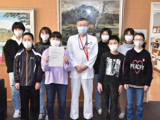 田畑潔院長(中央)からお礼のメッセージを受け取った高田小の子どもたち