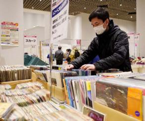 掘り出し物のレコードを熱心に探す来場者