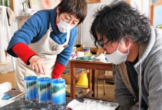 震災前の高田松原を表現したキャンドルを制作する浅野たかえさん(左)と田中大樹さん