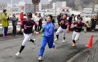 ゴール前の最後の坂を全力で駆け上がる小中学生の部の参加者