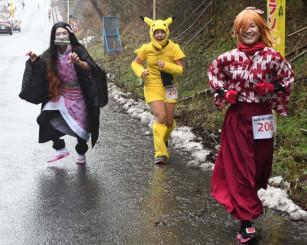 雨の中、仮装して走る参加者