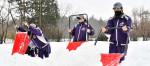 雪かき代打、地域に貢献 金ケ崎で花巻東高女子硬式野球部
