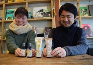 岩手の素材が詰まったアロマスプレーをプロデュースする富川岳代表(右)