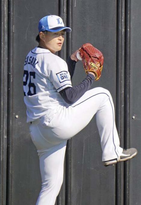 投球練習する西武・佐々木=高知市