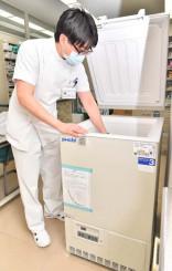 ワクチンを保管する超低温冷凍庫を点検する職員=9日、盛岡市・市立病院