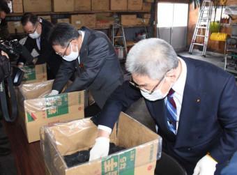 出発セレモニーで試験輸出する木炭を箱詰めする関係者