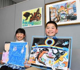 入賞作品を手に3年連続の最優秀賞を喜ぶ長谷川友信君と妹の野ノ花さん