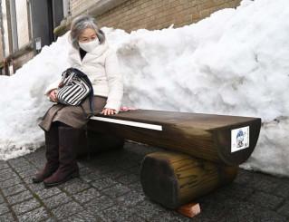 啄木賢治青春館前バス停に設置されたベンチ