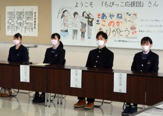 花巻署員に震災直後の取り組みを紹介する(左から)畠山心花さん、彩音さん、高橋一真さん、真優さん