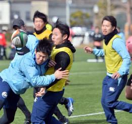 シーズン開幕に向けて練習に熱が入る釜石SWの選手たち=11日、釜石市球技場
