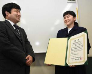 小玉豪教諭(左)と受賞を喜ぶ佐藤万葉さん