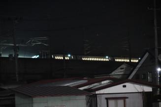 地震に伴い停車した東北新幹線=14日午前0時19分、北上市相去町