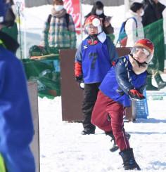 特設コートで熱戦を展開する雪合戦大会の参加者