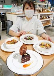 矢巾町産の黒落花生を使ったザッハートルテ(下)などオーストリアの郷土料理を提供する佐々木朋美オーナー