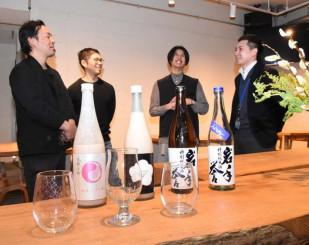 「恋するMIXプロジェクト」に取り組む関係者。漆の蒔絵を施したグラス(手前)で特製日本酒カクテルを提供する