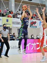 岩手-岐阜 試合開始直後、岩手のSG青木龍史(中央)が3点シュートを決め先制する=釜石市民体育館