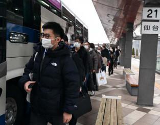 高速バス盛岡-仙台線に乗り込む利用者。東北新幹線運休の影響で行列ができた=15日午前7時27分、盛岡市盛岡駅西通