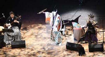 「義経記」のエピローグ。(左から)上妻宏光さん、山井綱雄さん、デーモン閣下さん