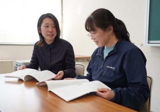 瀬川美佐子教諭(右)と自身を見つめ直した発表を振り返る山本綺乃さん