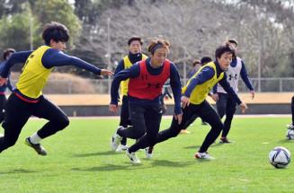 熱の入った練習を繰り広げるグルージャの選手たち=鹿児島県南さつま市