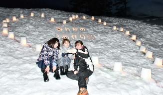 盛岡医療福祉スポーツ専門学校の学生約30人が、町立西和賀さわうち病院敷地内に並べたキャンドル。ハート形で入院患者らに温かい気持ちを届けた