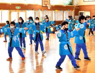 指導してくれた先輩や保存会のメンバーに感謝の思いを込め、さんさ踊りを披露する津軽石小5年生