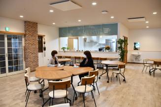施設に併設したカフェすず。おしゃれな空間に仕上げ、地域住民の憩いの場としても機能する