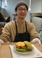 シイラを活用したフィッシュバーガーを販売する青松慶一店長