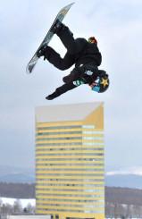 世界選手権に向けてビッグエアの練習を繰り返す岩渕麗楽(バートン)=八幡平市・安比高原スキー場