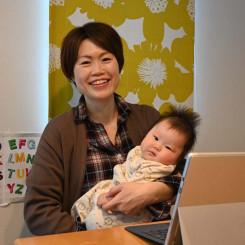 次女美織ちゃんを抱きながらオンライントーク会について「授乳やおむつ交換など世話をしながら参加できる気軽さもある」と語る中川礼子さん=盛岡市