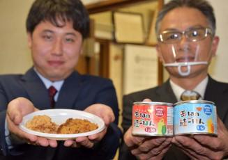 「缶tan鮭ごはん」をPRする三浦行男工場長(右)と大瀬優輝課長代理