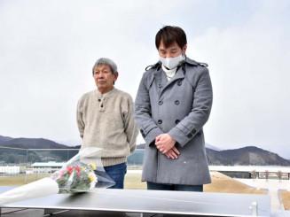 花を手向けて震災犠牲者の冥福を祈る清水健斗監督(右)と赤川勇治さん