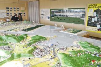 震災前の町並みの模型や写真を展示している企画展