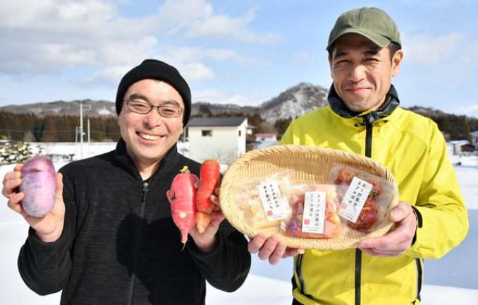 規格外野菜を使った漬物を開発した高橋賢代表(左)と菅原栄治さん