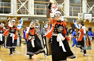 練習の集大成を披露する岩崎鬼剣舞スポーツ少年団の6年生ら