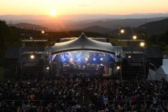 10回目の節目を迎えたケセンロックフェスティバルのステージ=2019年7月、住田町・種山ケ原