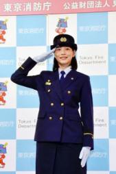 一日消防署長として敬礼する俳優のんさん=1日午前、東京都墨田区