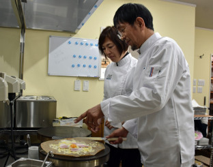 7日の開店を前にガレットの試作を重ねる平山朗さん(右)、幸子さん夫妻