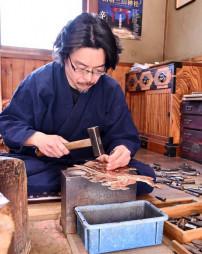 繊細な金具を手作りする及川洋さん。コロナ禍でも「こだわりあるものを作る」と職人としての意地をのぞかせる